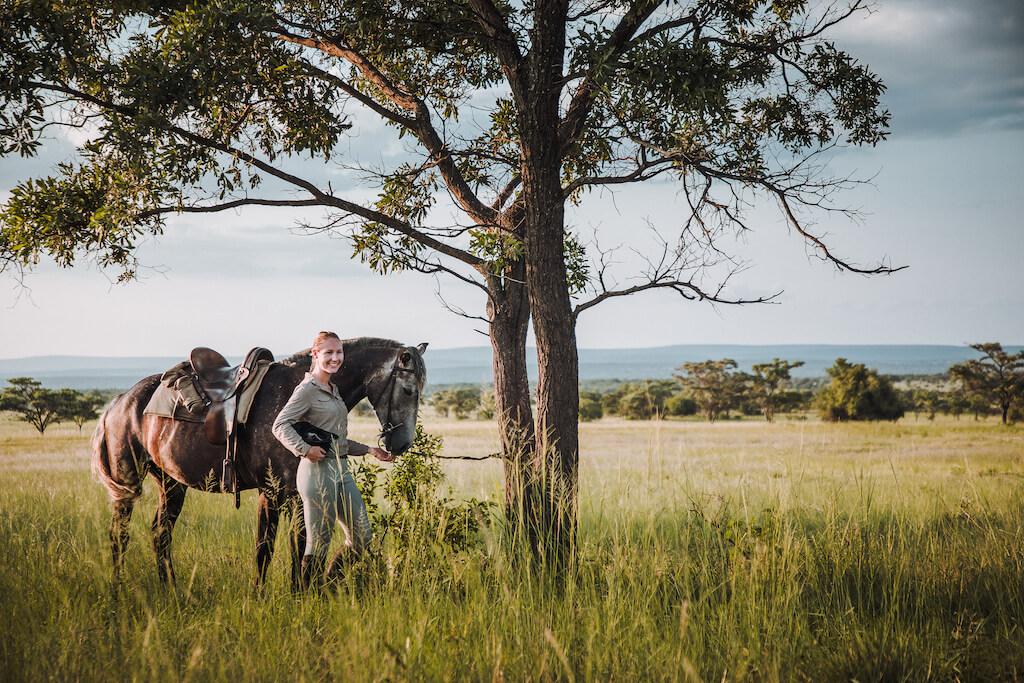 Reiterin mit Pferd auf Pferdesafari in Südafrika